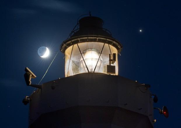 Giove, Saturno e la Luna si abbracciano sopra Capo Murro di Porco a Siracusa. Foto scelta dalla Nasa
