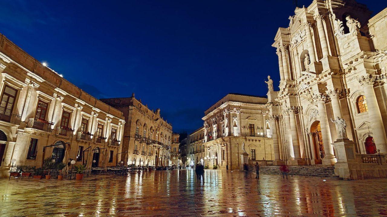 piazza-duomo-a-siracusa-1280x720-1627377340.jpg