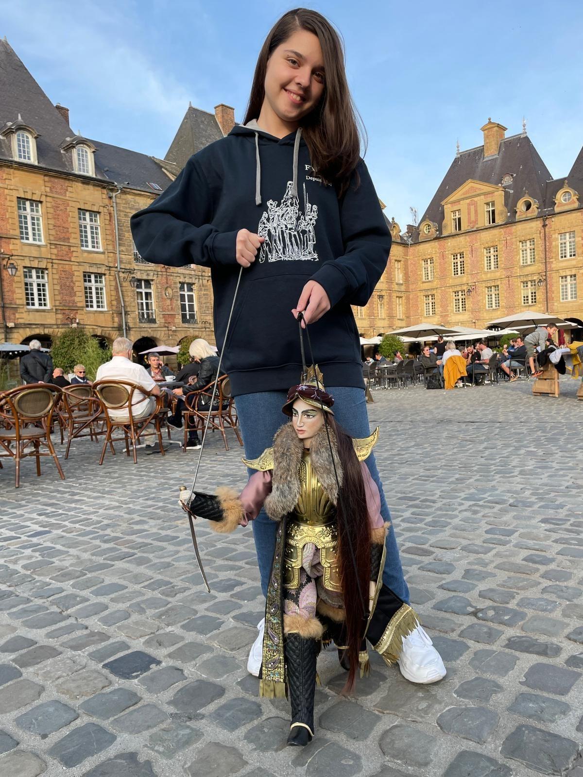 La giovanissima pupara siracusana Alessandra Mauceri incanta la Francia