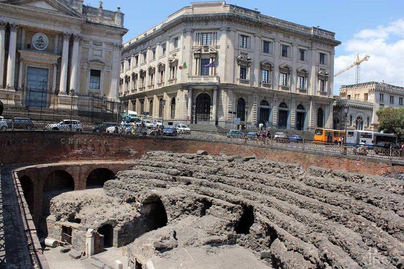 L'anfiteatro romano di Catania al lume di lanterna